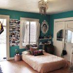 Спальня в богемном стиле с высоким матрасом на полу