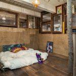 Спальня в индустриальном стиле с матрасом для сна