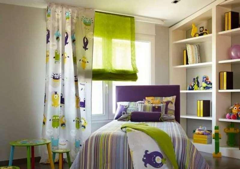 Сочетание римских штор с постельным бельем в спальне мальчика
