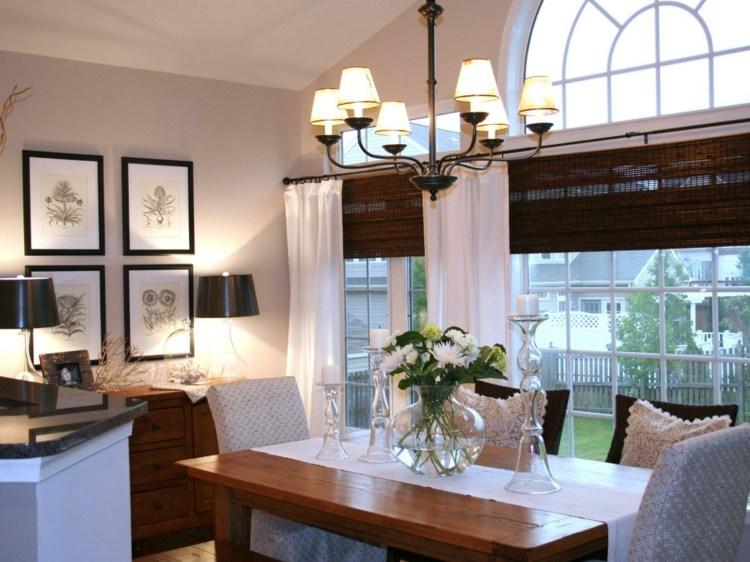 Темные шторы из бамбука на окнах светлой гостиной