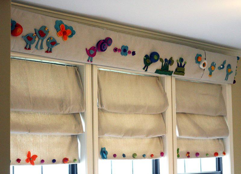 Красивые складки на римских шторах в проемах окон