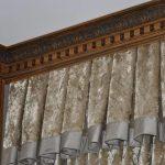 Угловой деревянный карниз с красивыми вставками