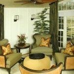 В классической гостиной зеленые шторы повторяют цвет мягкой мебели