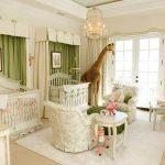 В светлой детской комнате используются зеленые шторы для оформления фальшь-окон