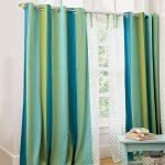 В светлой и солнечной комнате рекомендовано использовать гардины холодного голубого оттенка
