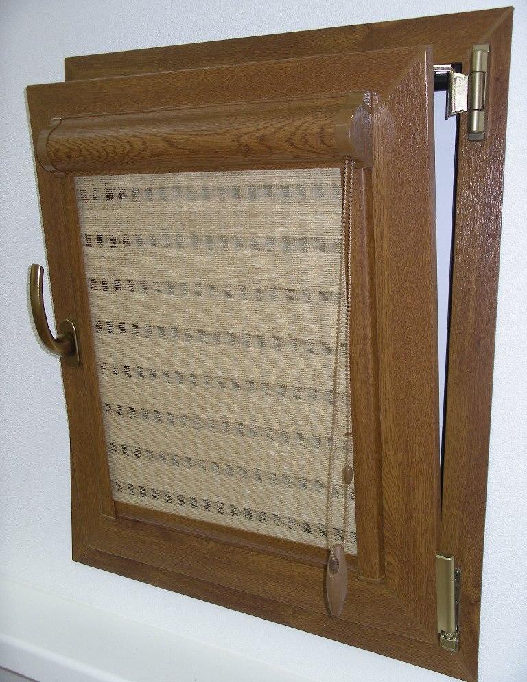 Створка пластикового окна с кассетной рулонной шторой