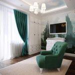 Зеленые шторы и зеленое кресло - яркие акценты в интерьере