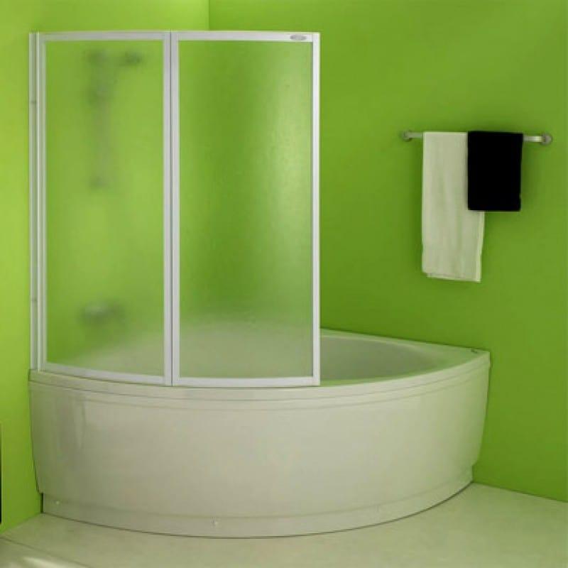 Двустворчатая пластиковая шторка в ванной комнате с зелеными стенами