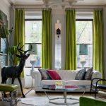 Зеленый цвет в гостиной присутствует в шторах, мебели и аксессуарах
