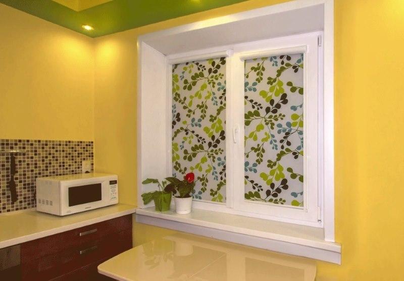 Кассетные шторы с фотопечатью на кухонном окне