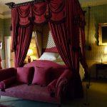 Балдахин над кроватью и ламбрекен на окнах в одной цветовой гамме
