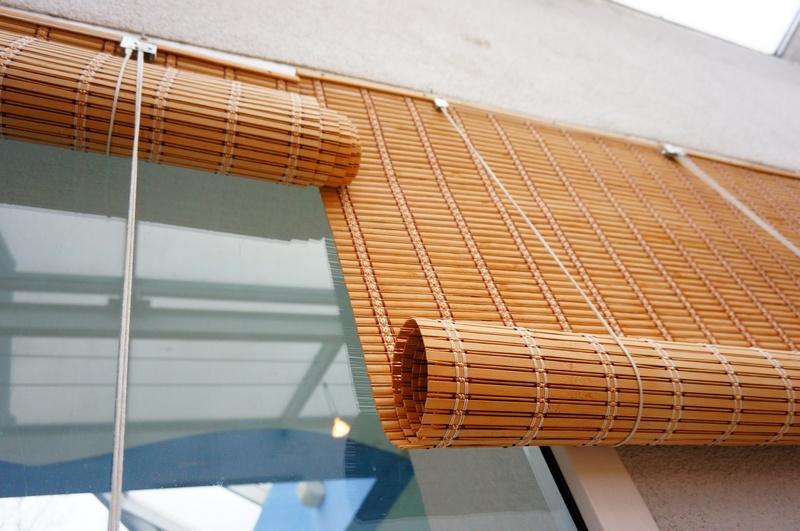 Рулонные шторы из бамбуковых полосок на балконном окне