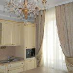 Белая гардина и двустороння штора на кухне