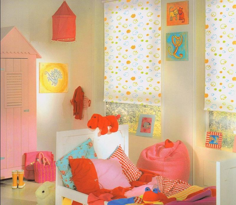 Рулонные шторы открытого типа на окнах детской для девочки