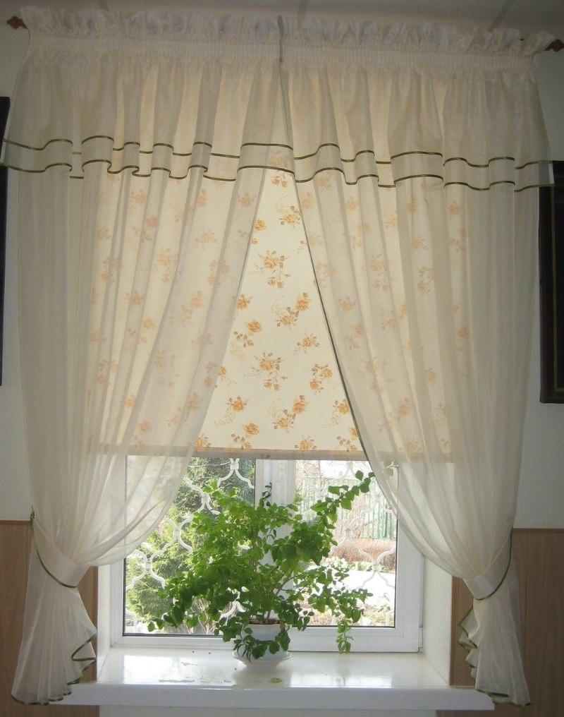 Прозрачная вуаль на окне с рулонной шторой