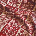 Бело-красное вязанное покрывало из мотивов с разными рисунками