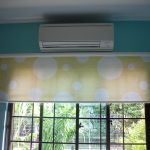 Бело-желтоые рулонные шторы с карнизом на стене