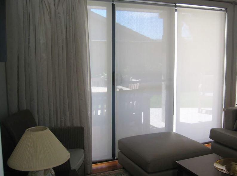 Комбинация прозрачных рулонных штор с прямыми занавесками