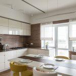 Белые прозрачные римские шторы для просторной кухни