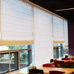 Белые римские шторы в столовой