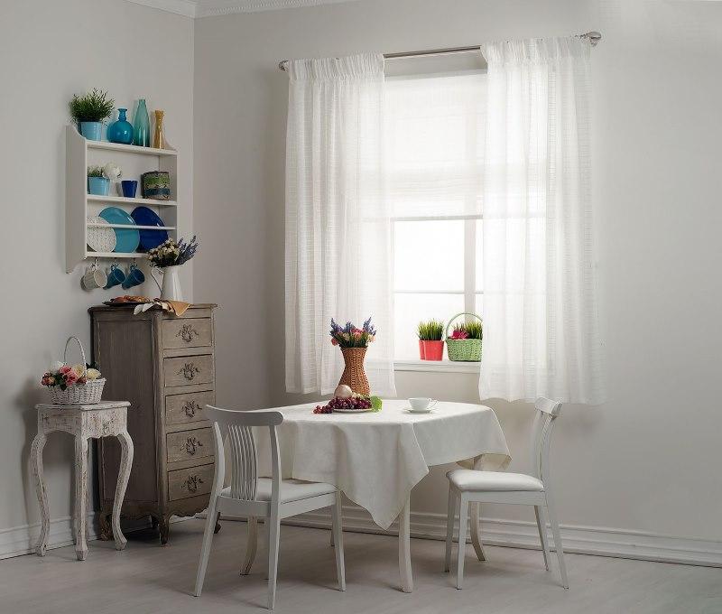 Рулонная штора с тюлем на кухонном окне