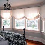 Бескаркасные римские шторы для огромного окна в спальню