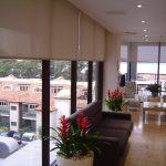 Бежевые рулонные шторы открытого типа для огромных окон в гостиной