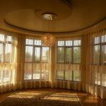 Большие окна загородного дома требуют специального гибкого крепления к потолку