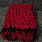 Большой плед из помпонов в красно-черной цветовой гамме