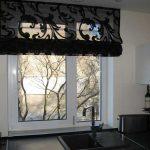 Черная полупрозрачная штора с завитками для кухни