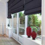 Черные римские шторы на окна и двери гостиной с выходом на терассу