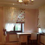 Цветочные римские шторы и белый тюль для комнаты со светлой мебелью