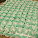 Детский бело-зеленый плед из помпонов