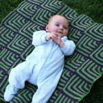 Двухцветное покрывало из элементов крючком для малыша
