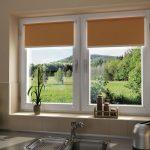 Коричневые роллеты на кухонном окне