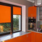 Оранжевые шторы в интерьере кухни