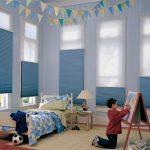 Голубые шторы в детской комнате юного художника