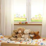 Мягкие игрушки на детской кроватке