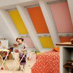 Разноцветные рулонные шторы на мансардных окнах