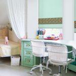 Письменный стол в комнате для двух девочек
