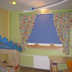 Голубая рулонная штора из плотной ткани