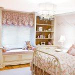 Ламбрекен на окне спальни для девочки