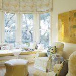 Интерьер солнечной гостиной с римскими шторами на окнах