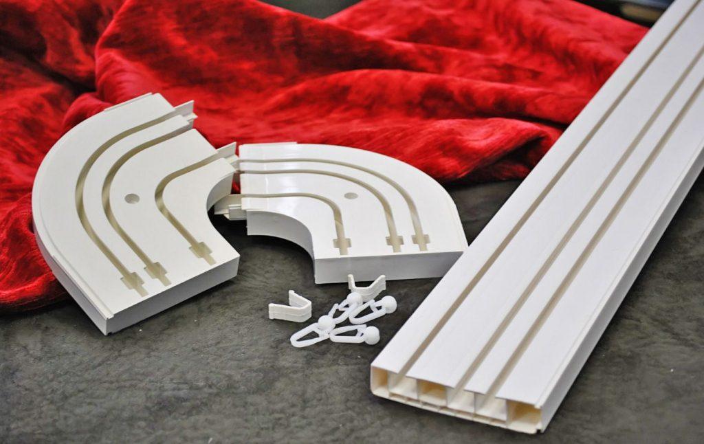 Пластиковый профильный карниз для потолочного размещения