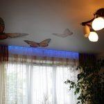 Карниз с подсветкой хорошо смотрится в комнате с натяжным потолком