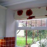 Каскадные римские светлые шторы с красными герберами