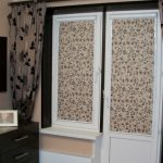Классические рулонные шторы на балконную дверь и окно