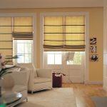 Классические желтые римские шторы для светлой гостиной