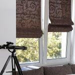 Коричневые римские шторы с рисунком для гостиной
