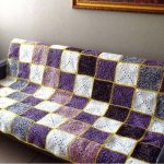Красивое покрывало на диван с рисунком по диагонали из квадратиков